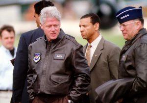 President Clinton by Molly Gilliam 1999 DOD 990505 F 7597G 005 514619639 Áo da nam, áo da thật